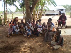 Mamen junto a parte de las niñas y niños mozambiqueños