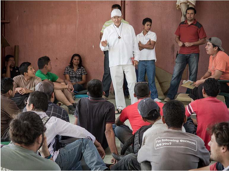 Alejandro Solalinde habla sobre los riesgos del viaje con las personas que acuden al albergue, en Ixtepec./ Scouts Extremadura
